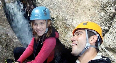 Mädchen seilt beim Canyoning im Allgäu ab