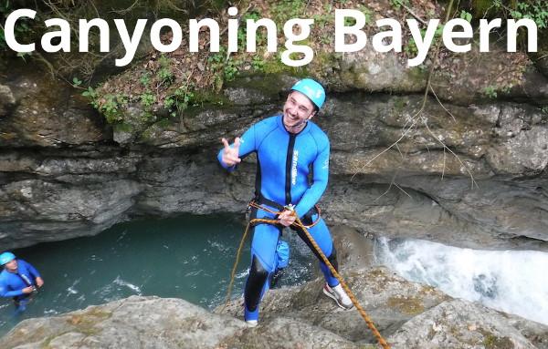 Mann beim Canyoning Abseilen in die Schlucht