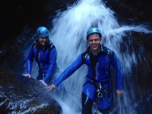 Pärchen in der Schlucht unterm Wasserfall