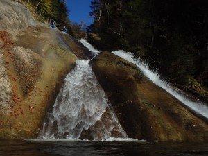 Canyonaut rutscht durch den Bach