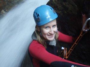 Katy seilt am Wasserfall ab