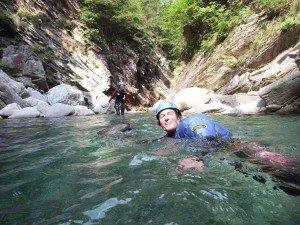 Canyonaut schwimmt durch den Bodengo im Allgäu