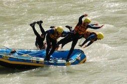 Reinspringen in's Wasser vom Rafting
