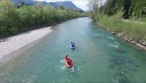Zwei Rafting Boote auf der Iller im Allgäu