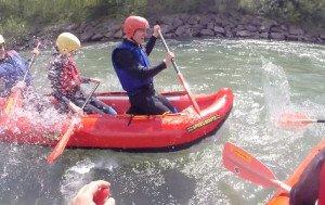 Rafting Teilnehmer spritzen sich nass