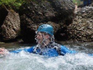 Mann taucht aus dem Wasser auf