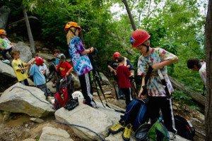Kletterwand kaufen Kinder kletternd
