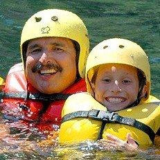 Papa mit Kindern im Fluß