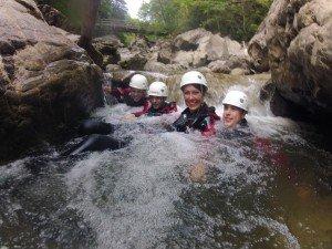 Gruppe bei Canyoning Allgäu in einer Schwimmpassage