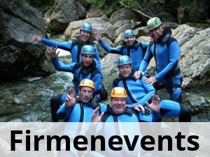 Gruppe beim canyoning im Wasser sitzend lachend in die Kamera winkend