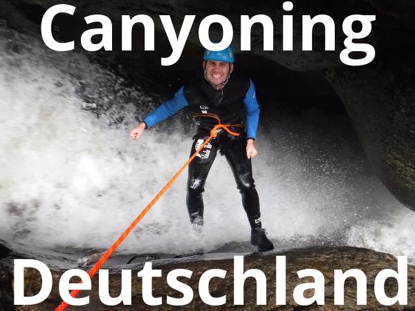 Canyoning Gast beim Abseilen in einen Wasserfall