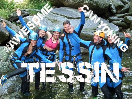 Canyoning Gruppe im klaren Wasser stehend in der Tessiner Schlucht Val Grande