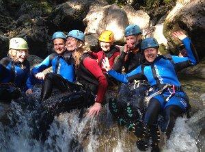 eine Familie sitzt auf dem Wasserfall