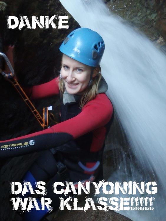 Maedel seilt in der Starzlachklamm Allgaeu Schlucht durch einen Wasserfall ab