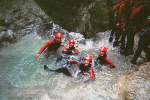 Canyoning Gruppe im Allgäu schwimmt im Pool