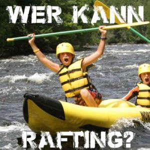 2 Kinder im Rafting Boot stolz und gluecklich auf einem Fluss