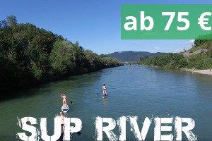 Stand up Paddeling zwei SUPs auf einem Fluss in natuerlicher Umgebung