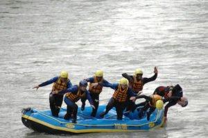 Wasserspass kunden huepfen aus dem raftingboot fuer eine erfrischung im Fluss