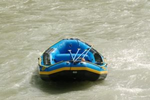 leeres Raftingboot auf dem Fluss treibend