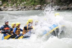 Wildwasser und ein rafting boot mit vielen gaesten drin beim paddeln