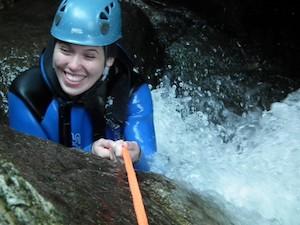 Canyoning Maedel beim Abseilen in den Wasserfall