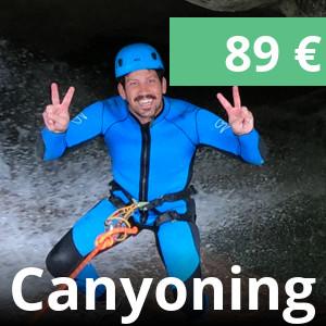 lachender Mann beim Canyoning in den Wasserfall