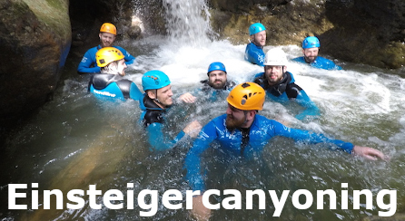 Canyoning Gruppe im klaren Wasser schwimmend mit viel spass
